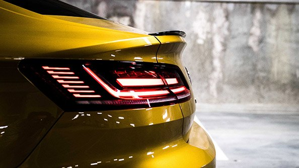 Evocative lighting concept. The modern LED taillights are a token of the new Arteon's potency and outstanding dynamic range. The standard dynamic turn signal featured in the R-Line are a striking, safety-enhancing feature.