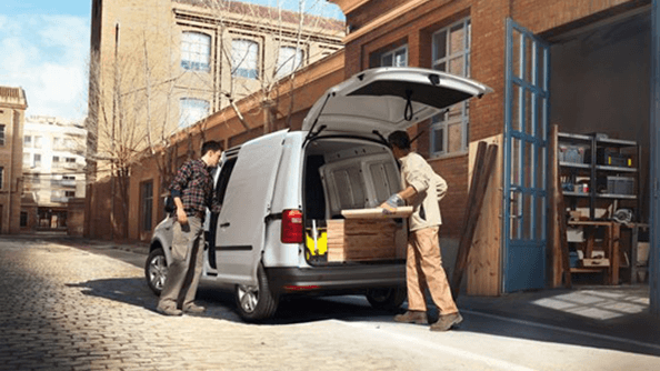 Well organised. The new Caddy offers you the support you need, with a storage system made up of several storage compartments and surfaces of varying sizes. Take, for instance, the roof shelf, which extends across the full width of the vehicle. The storage pockets in the doors can hold a 1-litre bottle each, while the centre console is equipped with four cup holders and there's even storage space under each front seat. For the first time, two open glove compartments are also included.