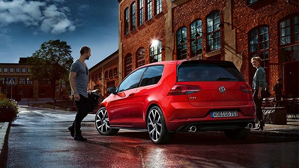 Experience the appearance of a legend. The new Golf GTI certainly remains one, including in its latest generation – and you will see that modesty is simply not its thing. On the contrary, this model is only too happy to show us what it's got.  The front, with its even slimmer headlights, the typical honeycomb structure of the radiator grille and the gleaming black air intake vents identify it as a worthy successor to the original GTI. Topping this off with the more prominent exhaust pipes.