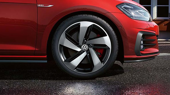 Guaranteed to turn heads. Nothing shapes the side design of a sports car more than the wheels. The dynamic standard and optional alloy wheels impressively underline the sporty nature of the Golf GTI and also allow for an unobstructed view of the striking red brake callipers.