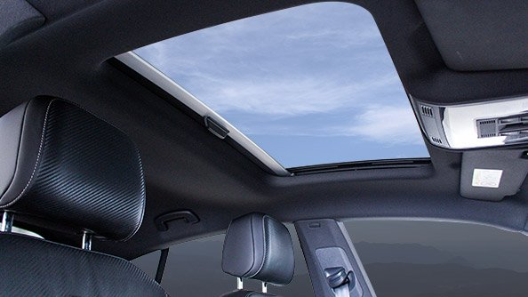 Sure to brighten your day. The new Arteon affords an incomparable field of vision. The optional panoramic tilting/sliding sunroof teamed with the pleasant ambient lighting inside are certain to brighten your day, whatever the weather.