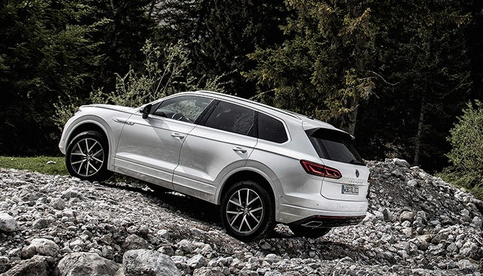 Always on a high. And to ensure that there's no damper on your driving enjoyment, you can also equip the Touareg with comfortable air suspension if required. It adapts the height of the body to all terrains.